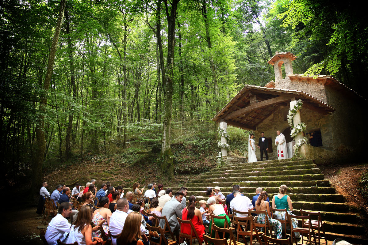 Romantic wedding in the forest 30